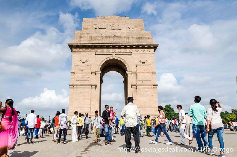 qué ver en delhi puerta de la india con muchos visitantes locales alrededor