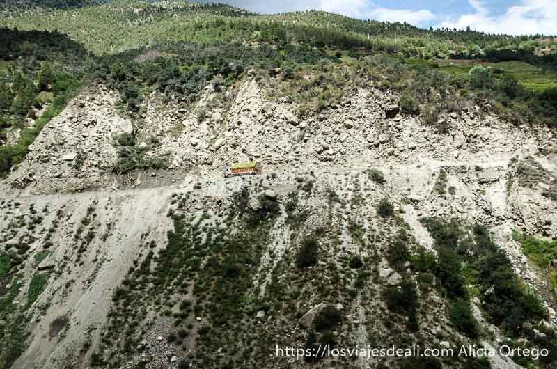 camión indio circulando por pista en ladera de montaña carreteras del himalaya indio