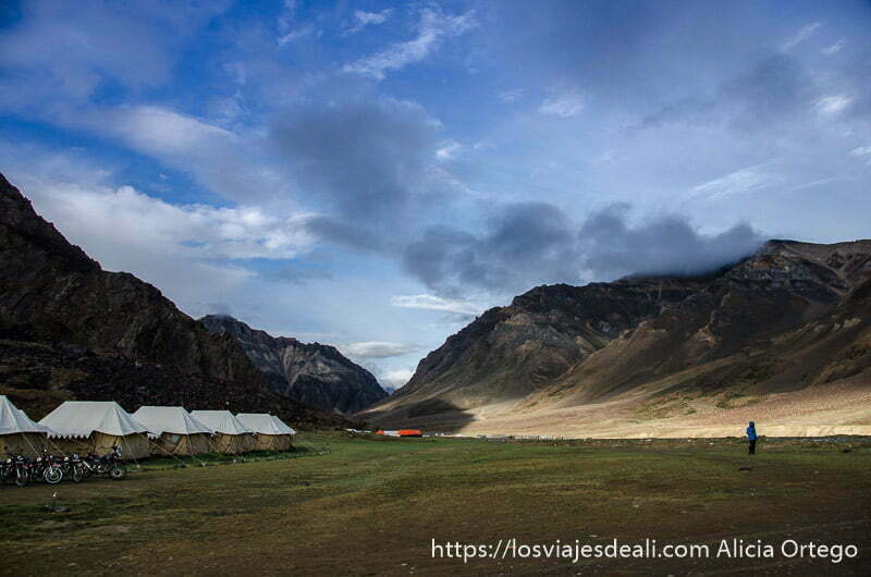 amanecer en campamento con fila de tiendas y un paisaje increíble carreteras del himalaya indio