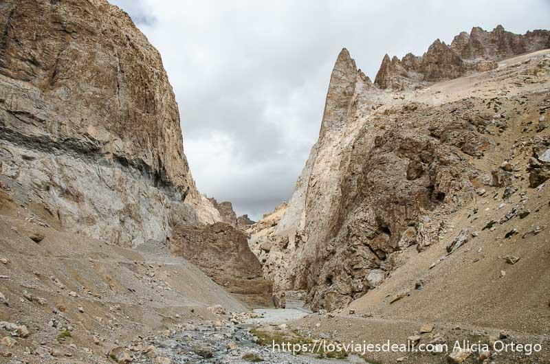 paisaje con agujas de roca carreteras del himalaya indio