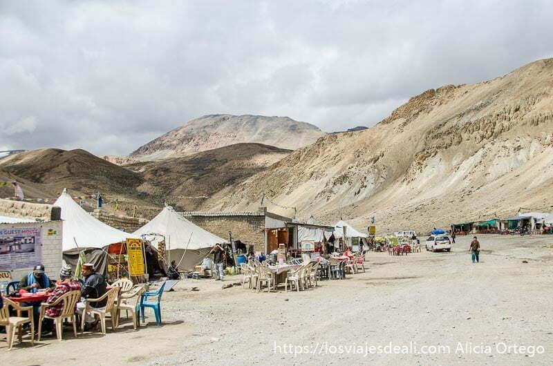 tiendas con mesas y sillas en medio de la montaña carreteras del himalaya indio