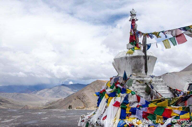 gompa tibetana con banderas de oración de colores mirando hacia el paisaje de montaña carreteras del himalaya indio
