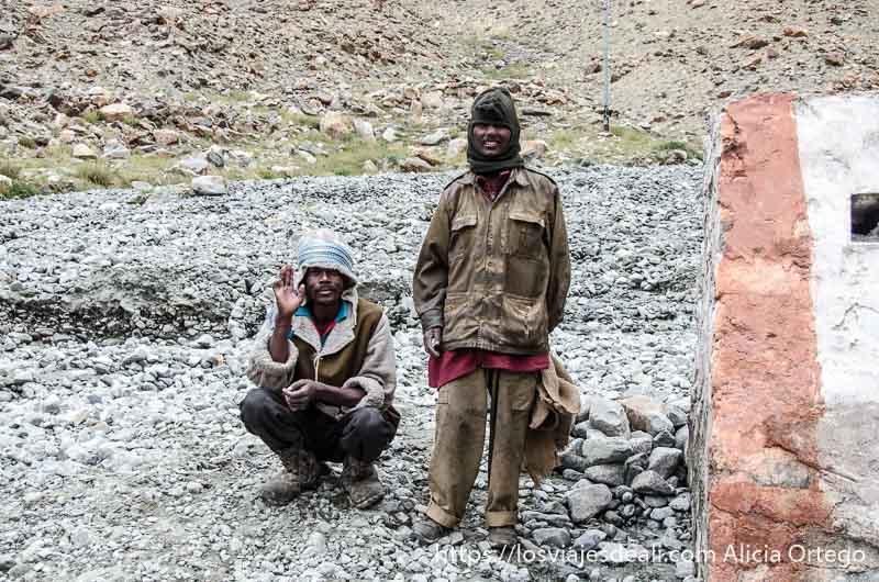 dos trabajadores de la carretera saludan con sonrisa van pobremente vestidos carreteras del himalaya indio