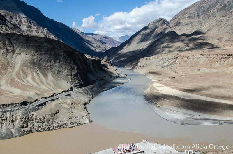 confluencia de ríos indo y zanskar entre montañas. Cada río tiene color de agua distinto