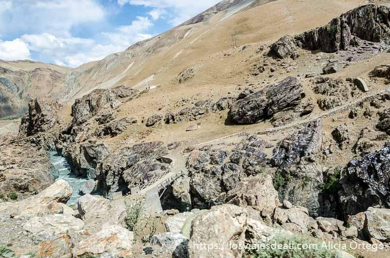 río de agua turquesa discurre por un cañón de piedra carreteras del himalaya indio