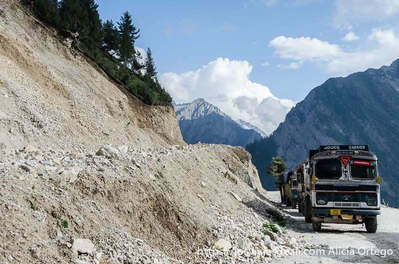 camión por carretera con montañas detrás carreteras del himalaya indio