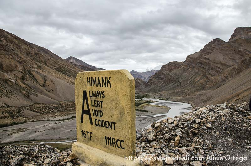 cartel con advertencia a los conductores en las carreteras del himalaya indio
