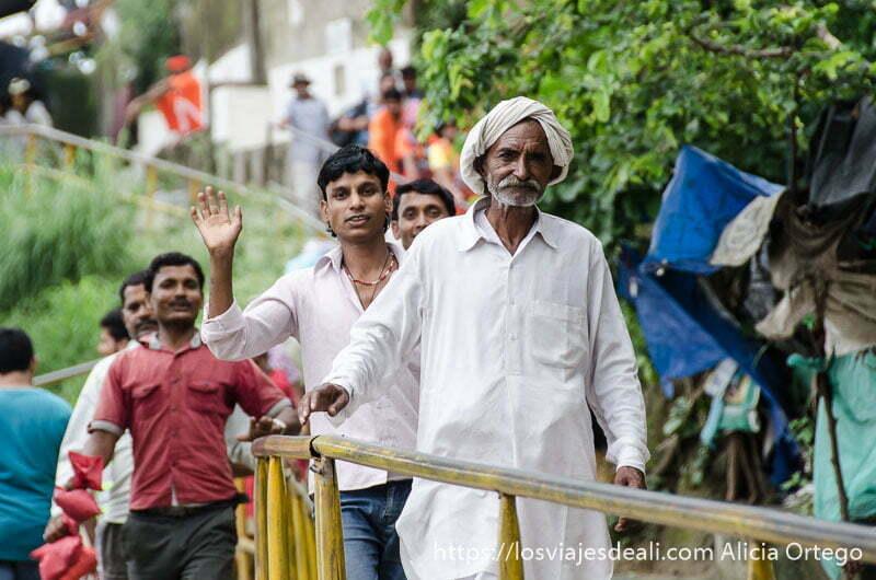 fila de peregrinos bajando del templo en haridwar