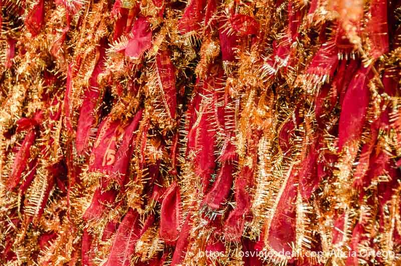 cintas rojas con ribetes dorados anudadas en el templo de haridwar