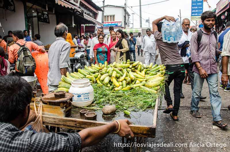 transporte de carro con vegetales en medio de la multitud en el mercado de haridwar