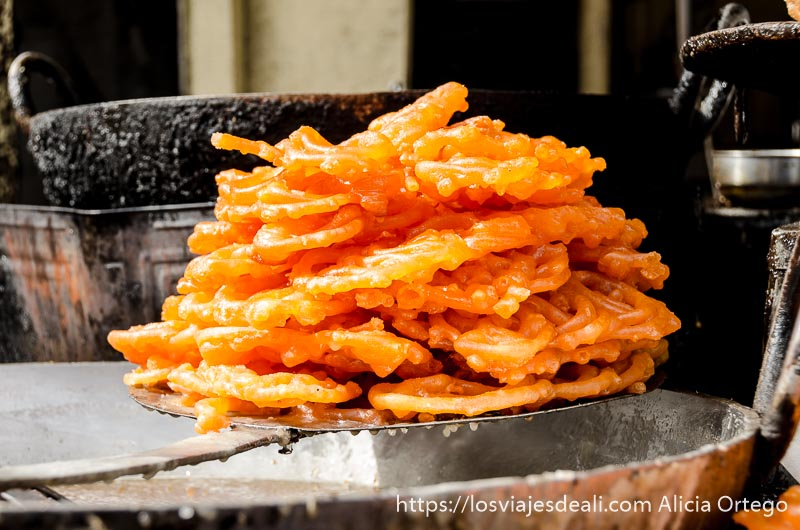 especie de buñuelos de color naranja intenso recién fritos en haridwar