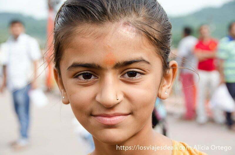 retrato de niña con pelo recogido y piercing en la nariz en haridwar