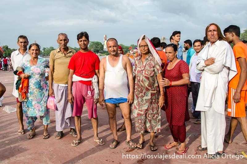 familia de peregrinos posando junto al ganges en haridwar