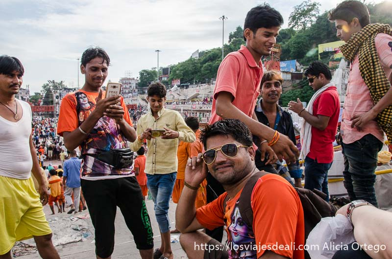 chicos indios haciéndonos fotos en haridwar