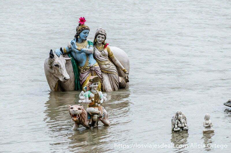 familia de dioses en el agua del ganges son estatuas pintadas de colores en haridwar