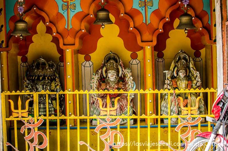 diosas en hornacinas pintadas de rojo y amarillo en rishikesh