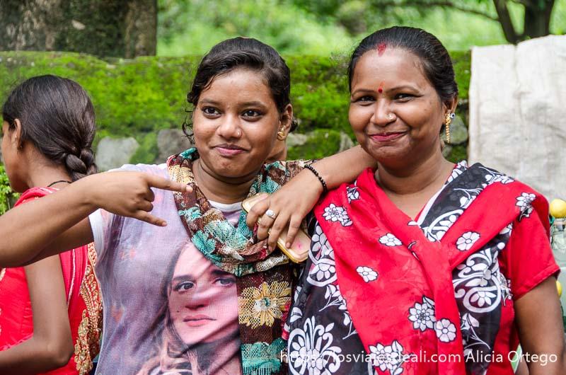 mujeres posando para la cámara con vestidos coloridos en rishiskesh