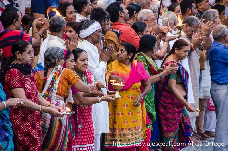 mujeres con sus lamparillas para ponerlas en el agua del ganges en rishikesh