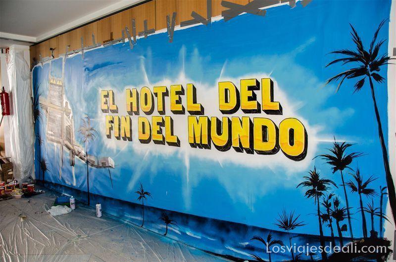 """cartel de un artista que dice """"el hotel del fin del mundo"""""""