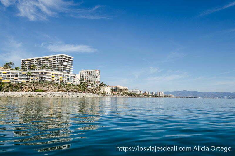 torres de pisos en primera línea de costa vistos desde el mar un fin de semana diferente en torremolinos