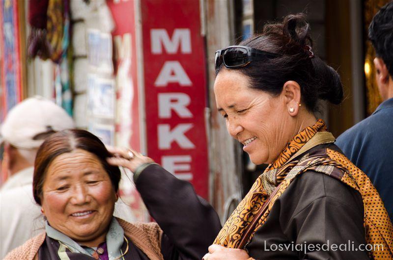 texturas en los viajes mujeres en el centro de Leh India