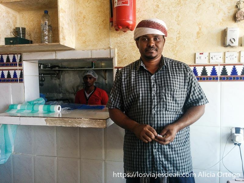 hombre negro con turbante en un restaurante desiertos de omán