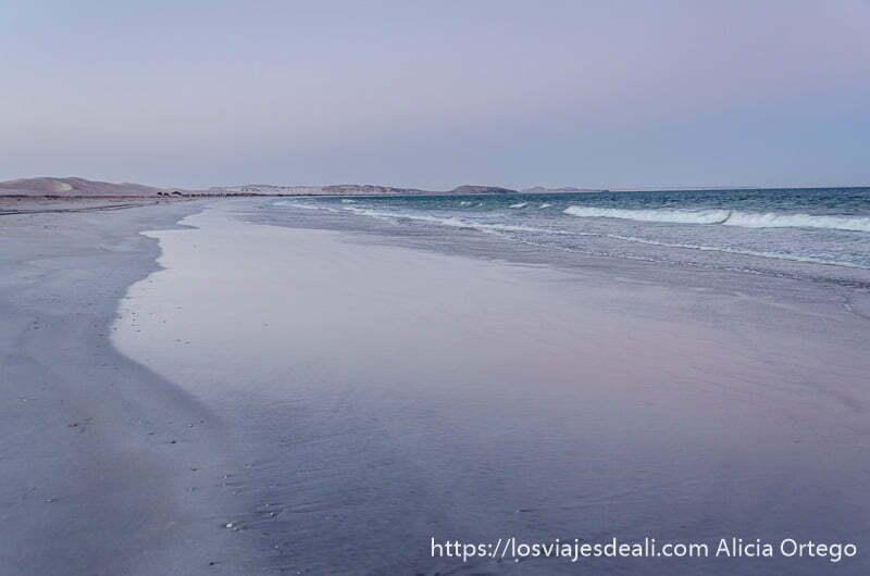 amanecer en una playa kilométrica de omán