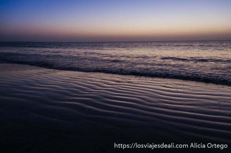 playa semioscura con primeras luces del día desiertos de omán