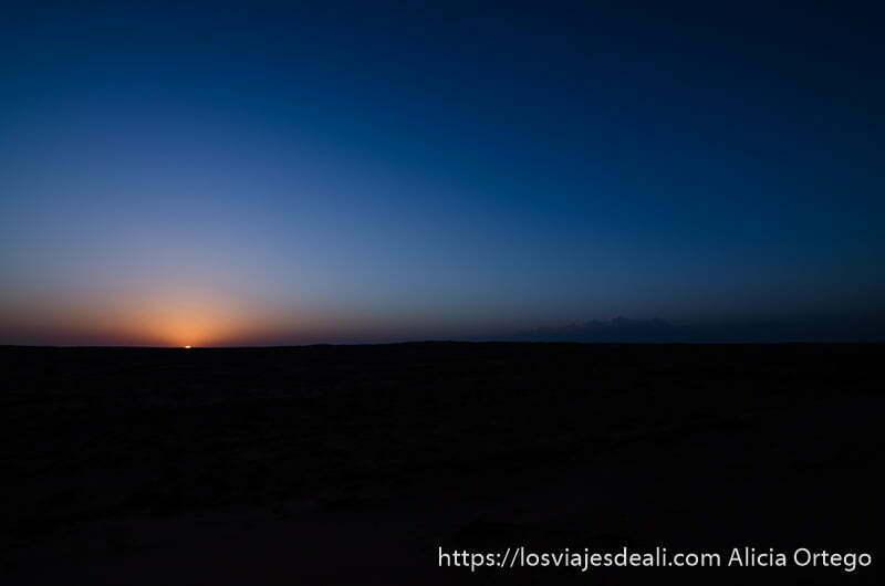 sol justo antes de ponerse sobre las dunas desiertos de oman