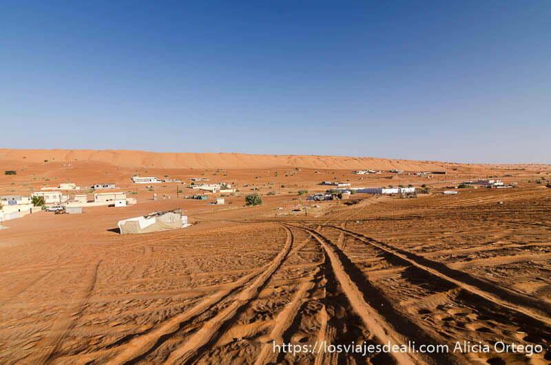 pueblo junto a las dunas de wahiba al atardecer desiertos de oman