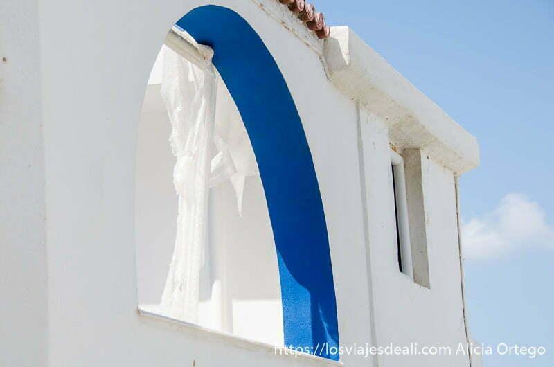 ventana en forma de arco con interior pintado de azul y resto blanco pueblos del interior de naxos