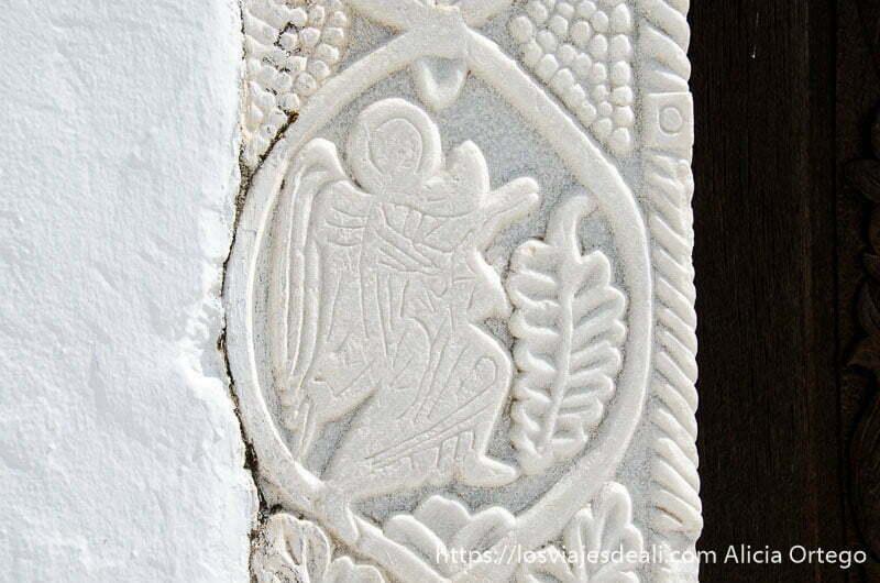 relieve de un ángel en mármol blanco en la puerta de la iglesia pueblos del interior de naxos