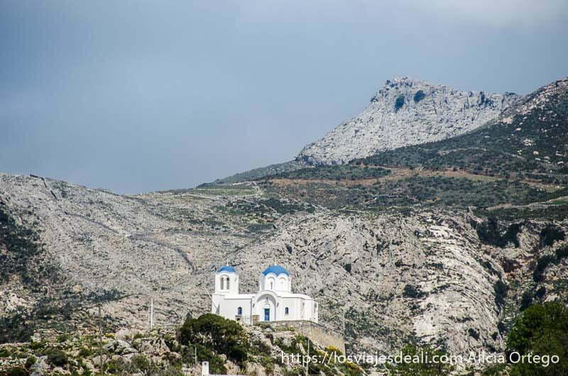 iglesia blanca con cúpulas azules solitaria en la montaña pueblos del interior de naxos