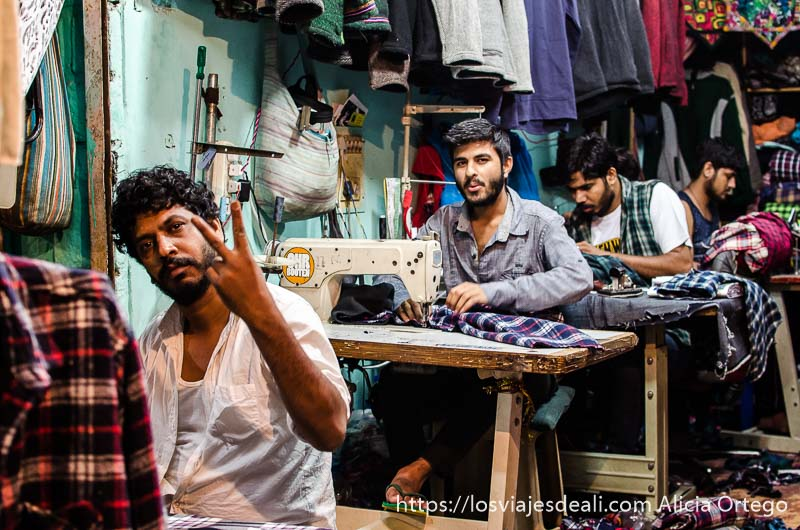 hombres cosiendo en un taller de ropa minúsculo que ver en manali