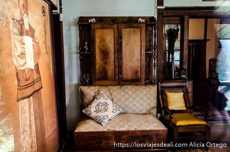 habitación de la casa de roerich con muebles antiguos que ver en manali