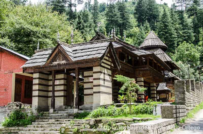 pagoda antigua con tejados muy empinados que ver en manali