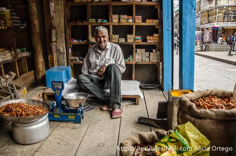 tendero en su tienda tradicional de leh