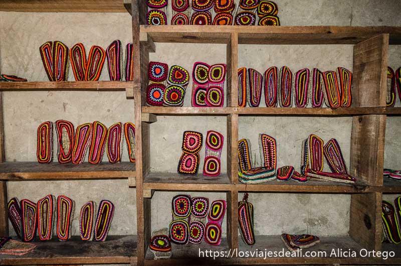 zapatillas de ganchillo de colores y suela de esparto en tienda tradicional de Leh