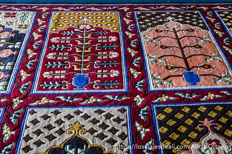 alfombras de oración en mezquita de leh con dibujos florales de muchos colores