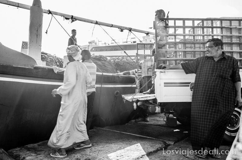 pescadores en el puerto de Masirah en Omán