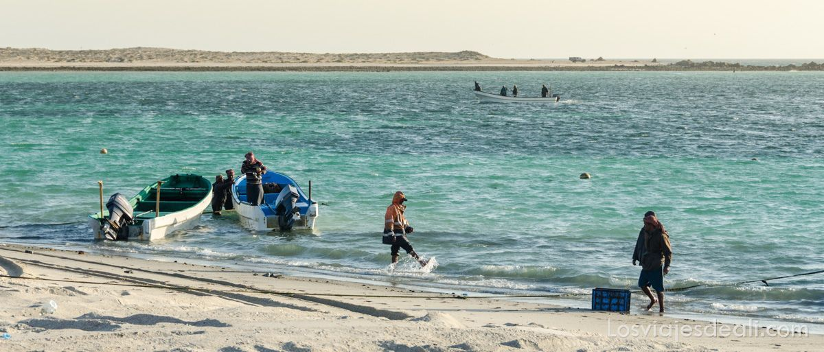 pescadores en una playa de la isla de Masirah