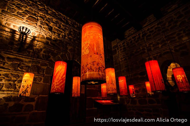 lámparas de color rojizo con forma de tubo con leyendas de la historia de alcázar de san juan