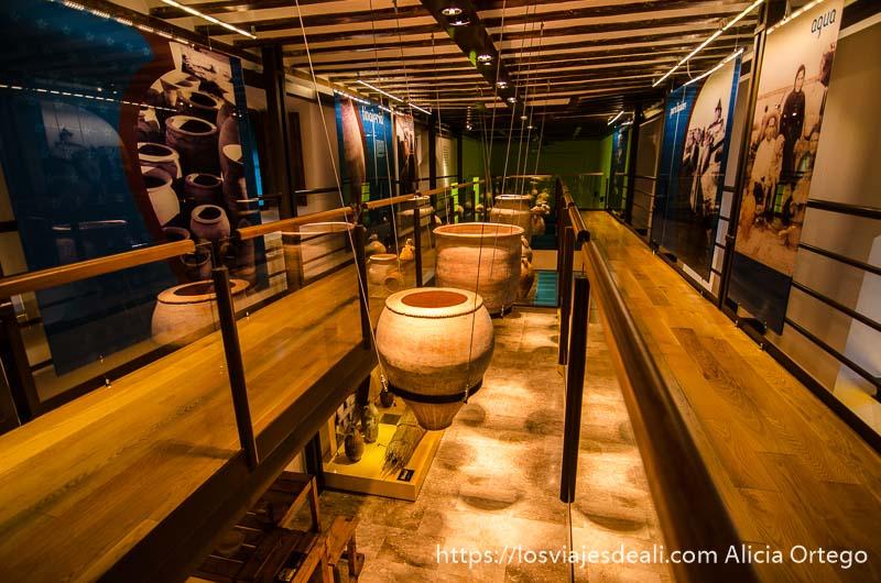 vasijas expuestas en el museo de la cerámica de alcázar de san juan
