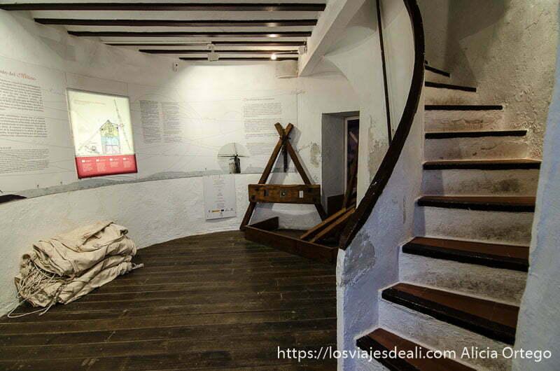 interior molino de viento con escaleras que suben en curva en alcázar de san juan