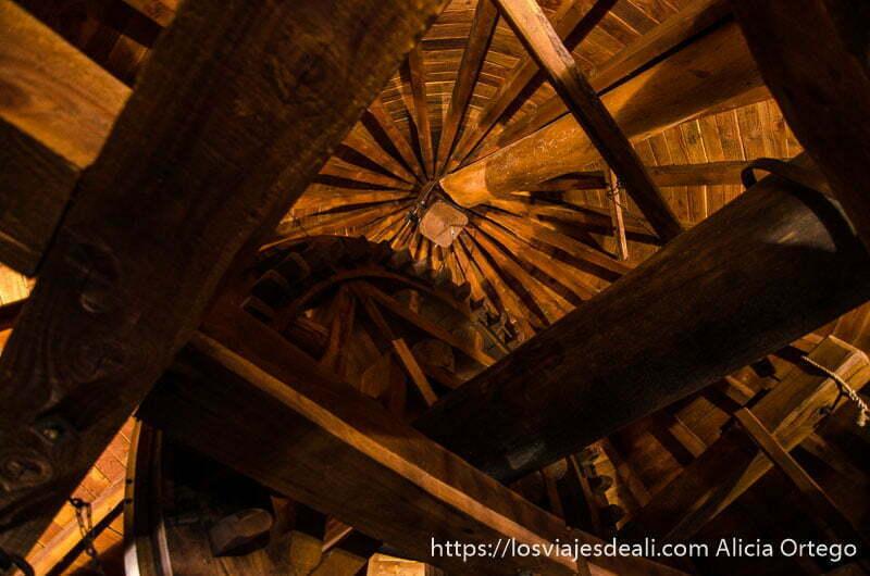 maquinaria de molino de viento con gran rueda todo de madera en alcázar de san juan
