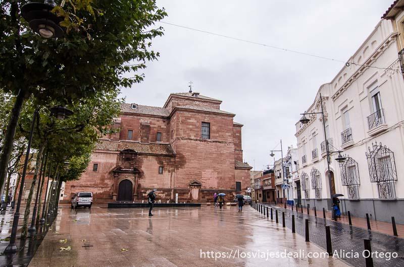 iglesia de alcázar de san juan en día lluvioso