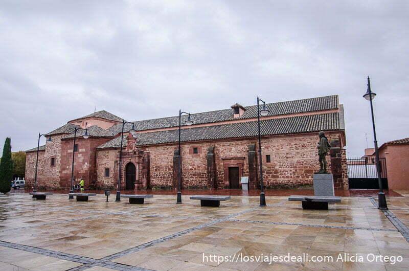 iglesia santa maría la mayor bajo cielo nublado en alcázar de san juan