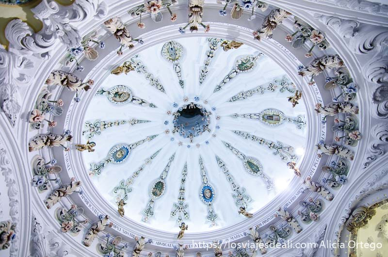 interior de la cúpula del camarín de la virgen con enyesado y decoración de flores y caras de ángeles