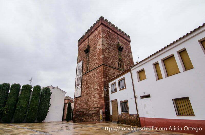 torreón del gran prior de alcázar de san juan hecho de piedra roja volcánica