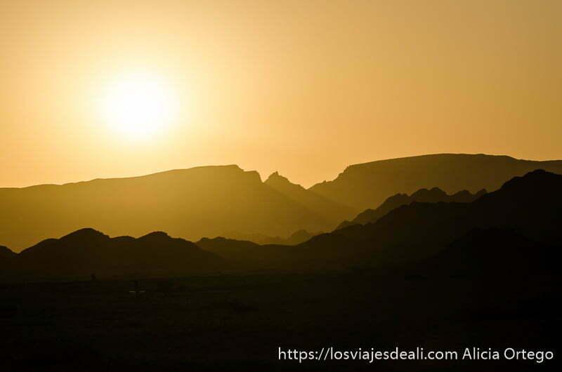 sol poniéndose en las montañas de la isla masirah